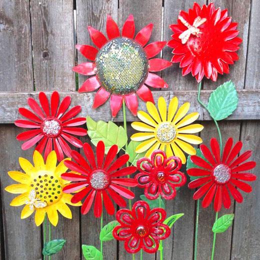 Украшения для сада - цветы из жестяных банок