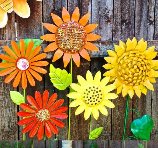 Разные цветы из жести для сада
