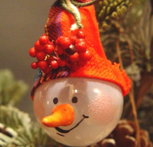 Веселый снеговик на елку из лампочки