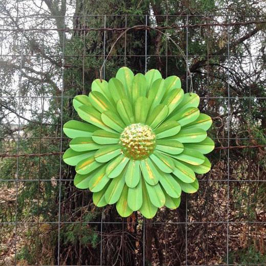 Крупный цветок из жестяной банки