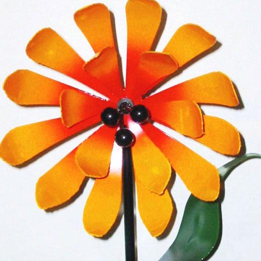 Интересный цветок из жести для сада