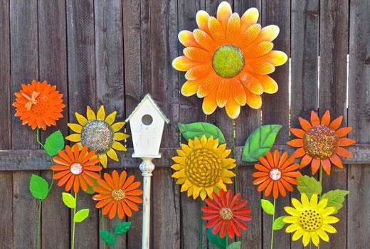 Декор для сада - цветки из жестяных банок