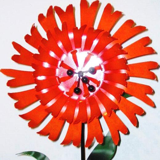 Алый цветок из банки жестянки