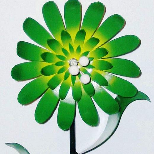 Многолепестковый цветок из баночной жести