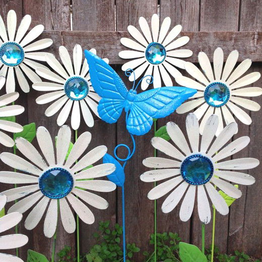 Клумбочка из жестяных цветок