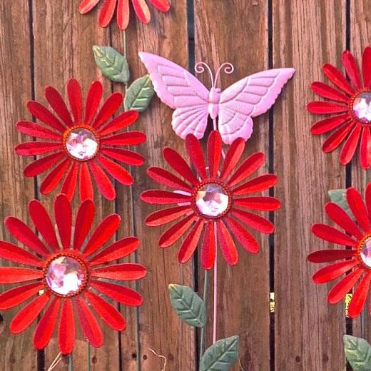 Яркие цветки из банок