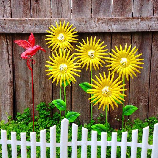 Цветы из банок металлических в палисаднике