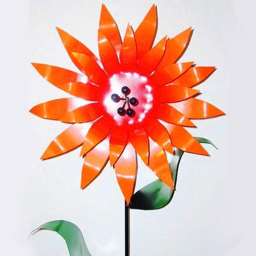Красивый цветок с лепестками из жести для сада