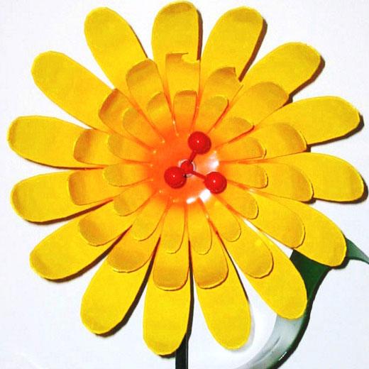Интересное украшение для клумбы - цветок из жестяной банки