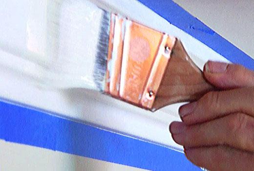 Покраска плинтуса из пенопласта