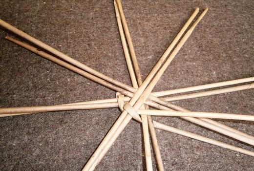 Начало плетения корзинки из трубочек