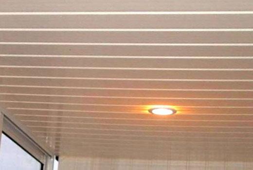 ПВХ панели на потолке балкона