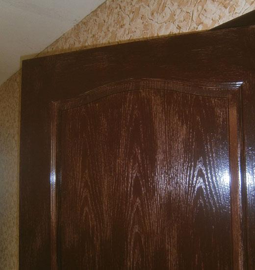 Второй слой краски на двери .