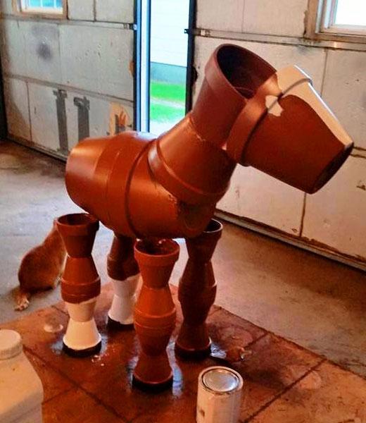 Поделка лошади в процессе создания
