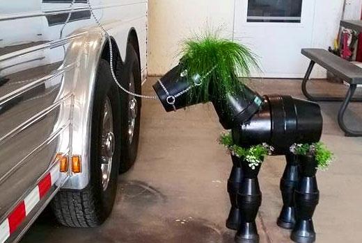 Черная лошадка - поделка для сада