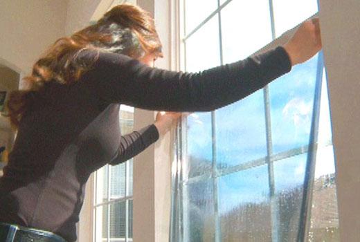 Монтаж энергосберегающей пленки на окно