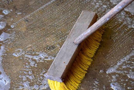 Вымыть бетонный пол щеткой