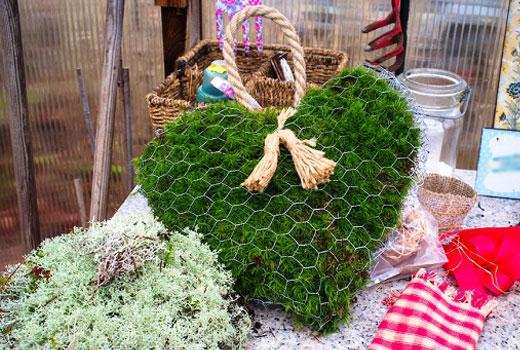 Декоративное сердце из сетки и веток