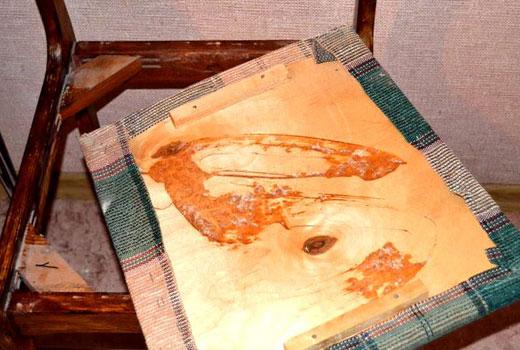 Зарепление ткани на стуле степлером