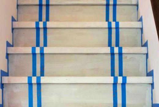 Лента при покраске полос на лестнице