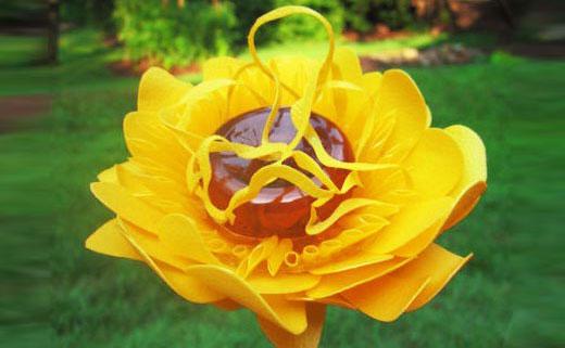 цветок из пластика с плотными лепестками