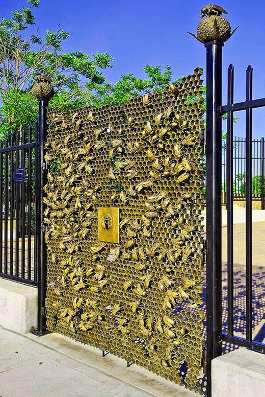 пчелки на воротах узор