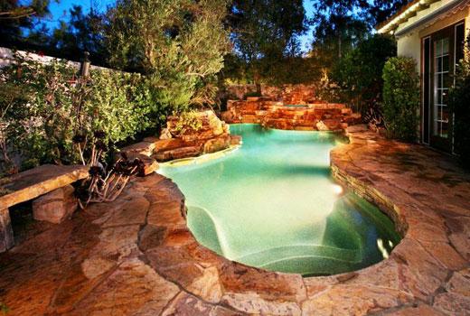 Бассейн натуральный камень