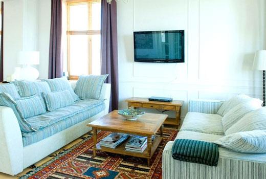 Бирюзовые стены в гостиной