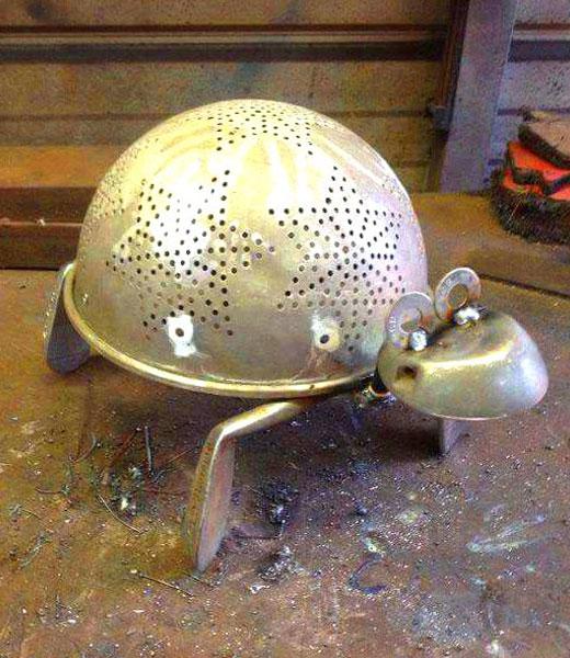 черепаха из дуршлага