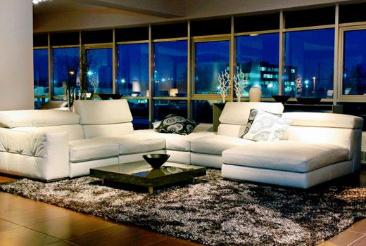 черно-белый коврик мех в гостиной