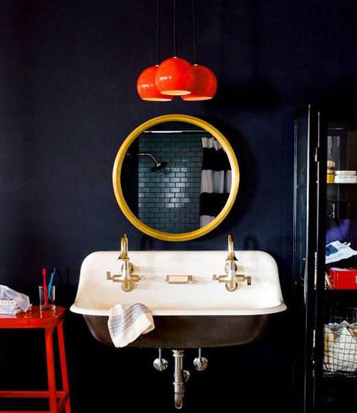 красные детали в ванной