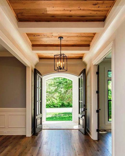 Потолочные балки в коридоре