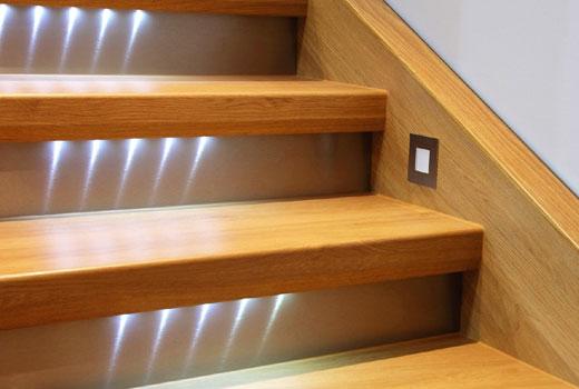 деревянные ступени с подсветкой
