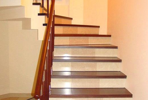 Ступени деревянные на бетонной лестнице