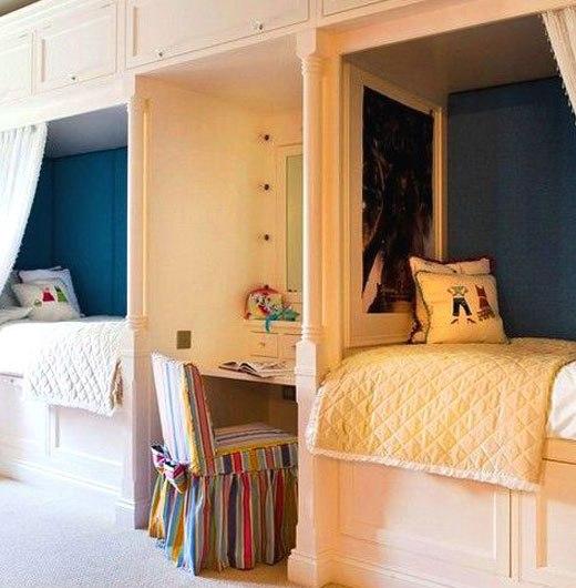кровати в детской комнате