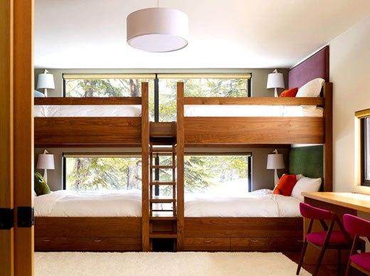 двухъярусная кровать у окна