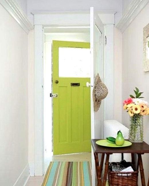 зеленые двери в коридоре