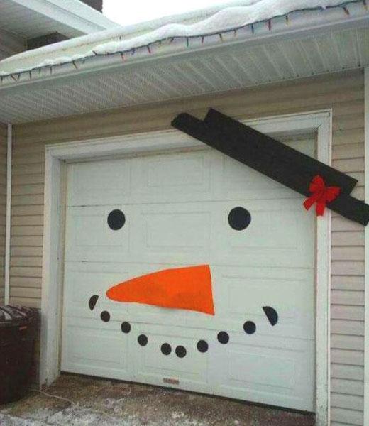 снеговик на двери гаража