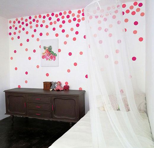 Декор горошек на стене детской