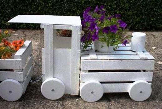Белый паровоз клумба