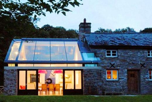 каменный дом и стеклянная пристройка