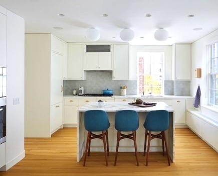 Потолок на кухне белый