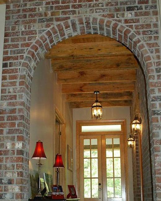 кирпичная арка в коридоре