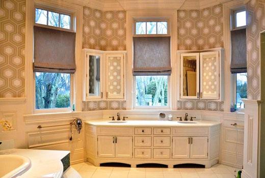 комбинированная отделка обоями в ванной