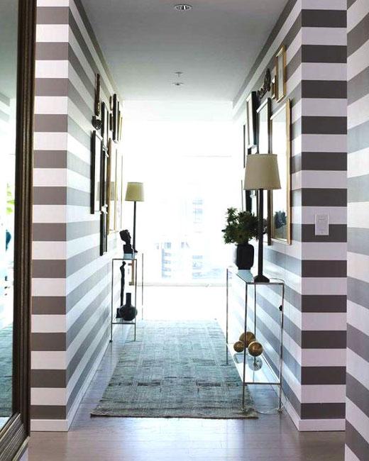 горизонтальные полосы на обоях коридора