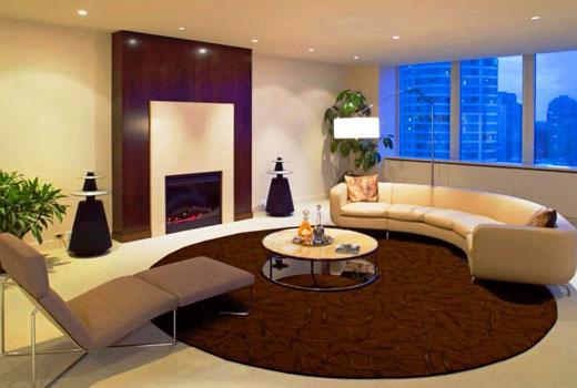 коричневый круглый ковер в гостиной