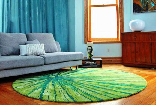 зеленый круглый ковер в гостиной