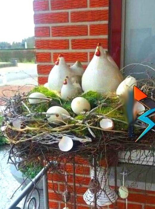 Курочки в гнезде в саду декор