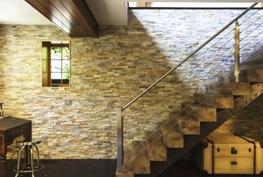 отделка стены возле лестницы