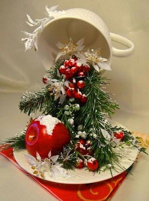летящая чашка с новогодним декором